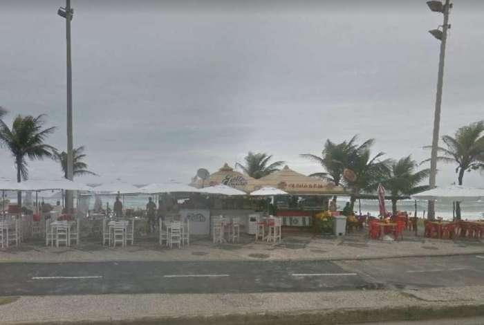 Criminosos roubaram quiosques na orla da Barra da Tijuca. Um deles acabou baleado e morto, enquanto os outros fugiram