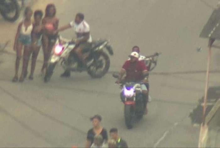 Homens armados circulam durante baile funk na Cidade de Deus