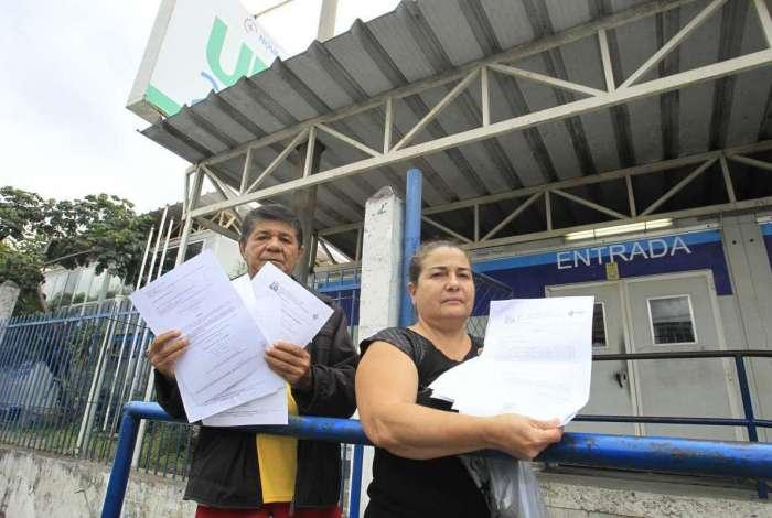 Juraci dos Santos e Marília Márcia Minto, filha de Illa na porta da UPA do Engenho Novo nesta terça-feira com as liminares determinando a transferência da idosa para um hospital