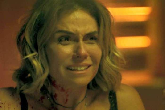 Luzia, toda ensanguentada, após ser encontrada na cena do crime