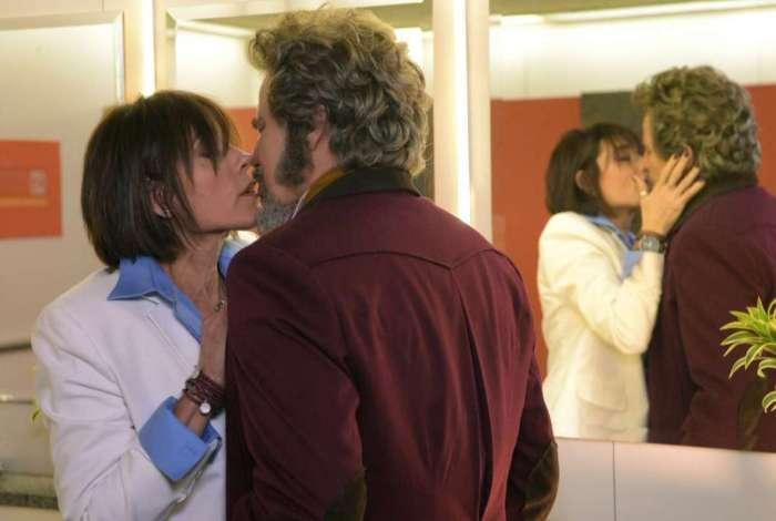Dom Sabino e Carmen se beijam