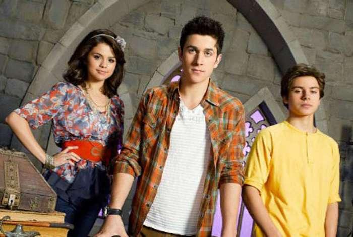 Ator interpretou irmão de Selena Gomez na série 'Os Feiticeiros de Walery Place'