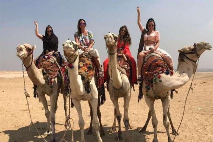 Jaque Ciocci, Luciana Cardoso, Renata Longaray e Daiane de Paula andam de camelo no Egito