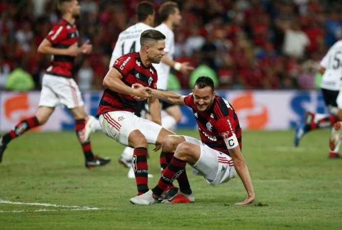 Diego e Réver durante o jogo entre Flamengo e Corinthians na Copa do Brasil