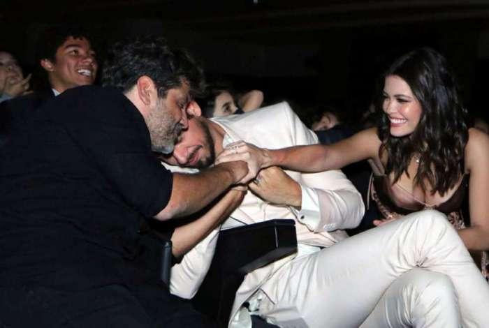 Os atores João Vicente de Castro e Vitoria Strada com o diretor Pedro Vasconcelos