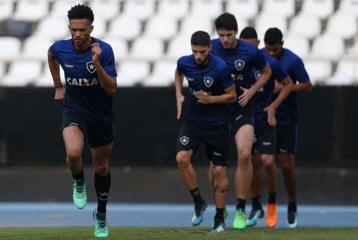 Uma das apostas de Zé Ricardo, Luis Ricardo (E) vai assumir a vaga de Marcinho na lateral direita
