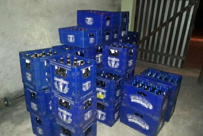 As caixas de cerveja roubadas estavam no quintal da casa do policial