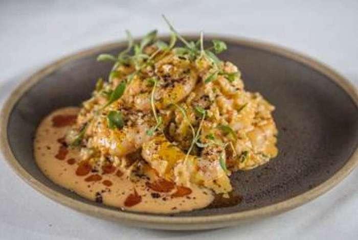 Riz au Crevettes: arroz jasmim, camarões, tomate confit e molho bisque