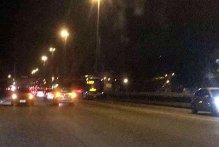 Carros e ônibus voltaram na contramão da via