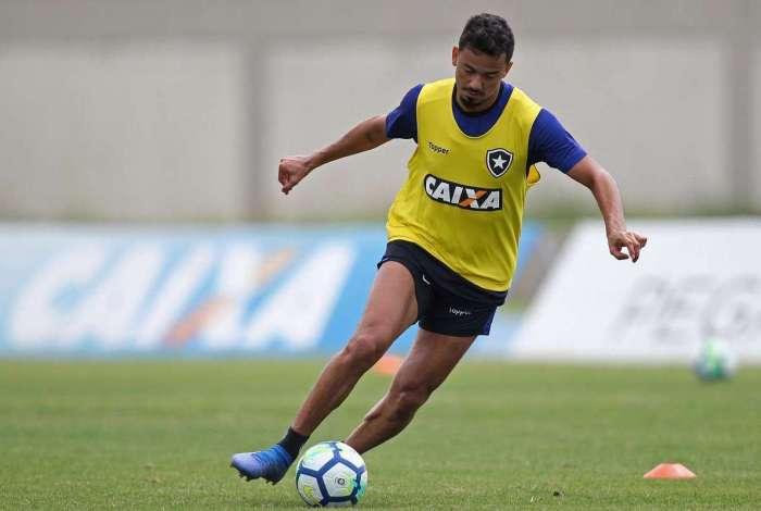 Lindoso no treino do Botafogo: jogador é um dos alvos das críticas da torcida