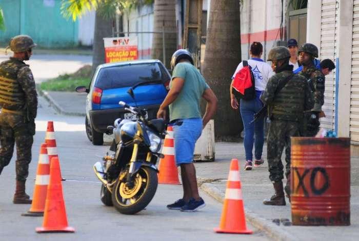 Forças Armadas, policiais militares e civis fazem operação em comunidades de Angra dos Reis