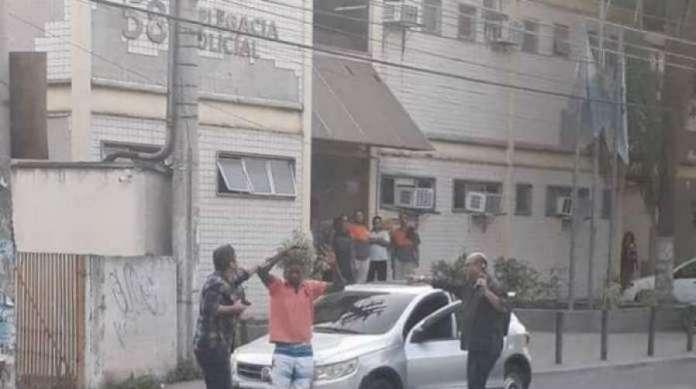 O ladrão deixou o carro morrer e foi detido em frente à delegacia