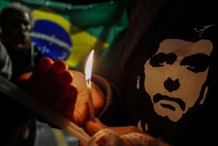 Apoiadores de Jair Bolsonaro acendem velas na frente do Hospital Albert Einstein, em São Paulo, onde ele foi internado em 7 de setembro de 2018