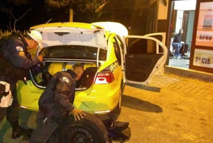 Policiais fizeram busca minuciosa no veículo
