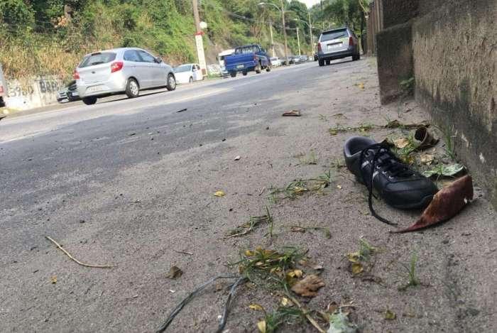 Um tênis de um dos meninos atropelados com a avó ainda está no trecho onde aconteceu o acidente