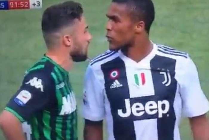 Douglas Costa cuspiu no rival e depois acabou arrependido