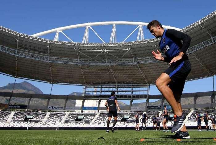Jean treina no Nilton Santos: volante destaca importância dos jogos