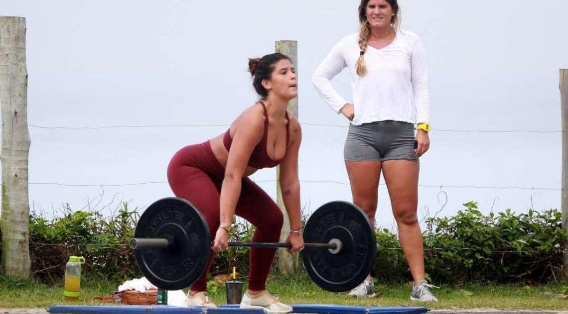Giulia Costa malha na orla da Barra da Tijuca