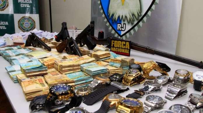 Dinheiro, relógios e armas foram apreendidos nos locais onde a especializada fez busca e apreensão
