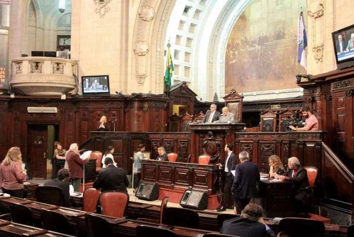 Por 48 votos favoráveis, emenda do deputado Paulo Ramos passou; governador vai vetar artigo