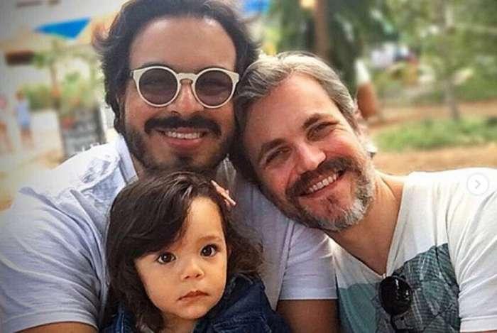 Luis Lobianco posa com o marido, Wallace, e a sobrinha, Maitê
