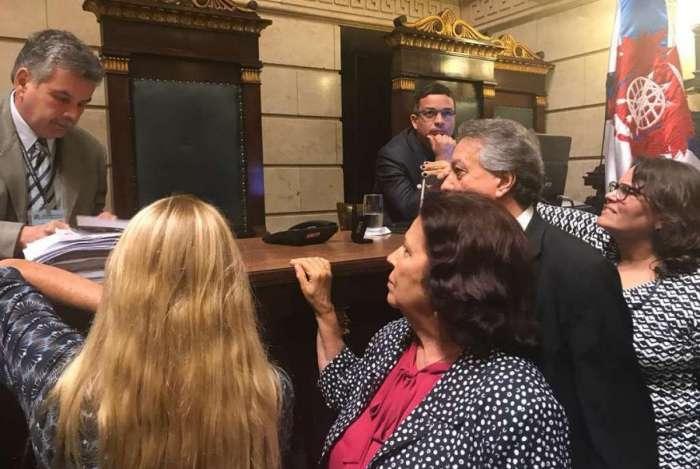 Vereadores protocolam novo pedido de impeachment de Crivella