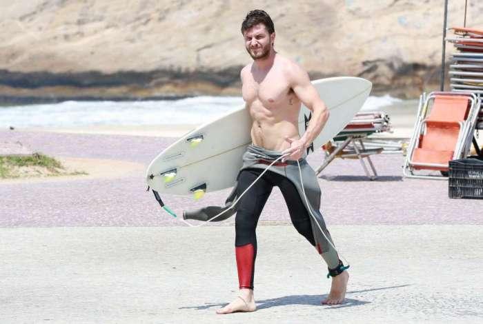 Klebber Toledo surfa na Praia da Macumba, na Zona Oeste do Rio, nesta terça-feira