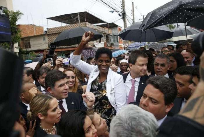 Ato de desagravo foi realizado nesta segunda em frente ao Fórum de Duque de Caxias