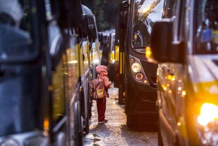 Sindicato prevê superlotação de carros de transporte de alunos na porta das escolas, piorando o trânsito