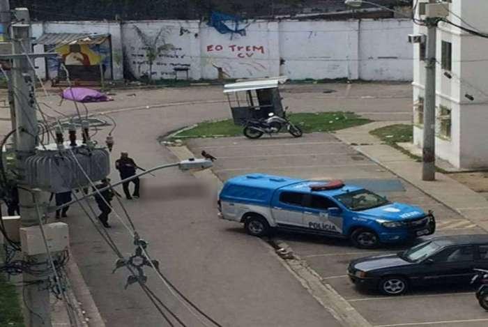 Suspeito é morto em tiroteio em Triagem e grupo incendeia ônibus