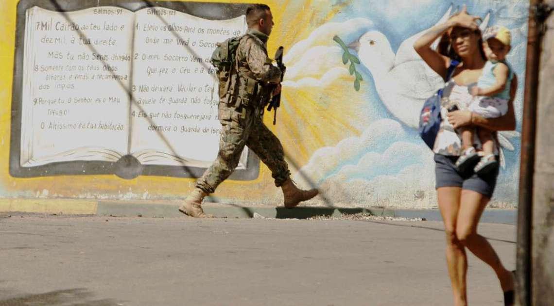 Ontem, durante operação no Complexo do Lins, na Zona Norte, policiais trocaram tiros com bandidos e um suspeito ficou ferido e foi preso