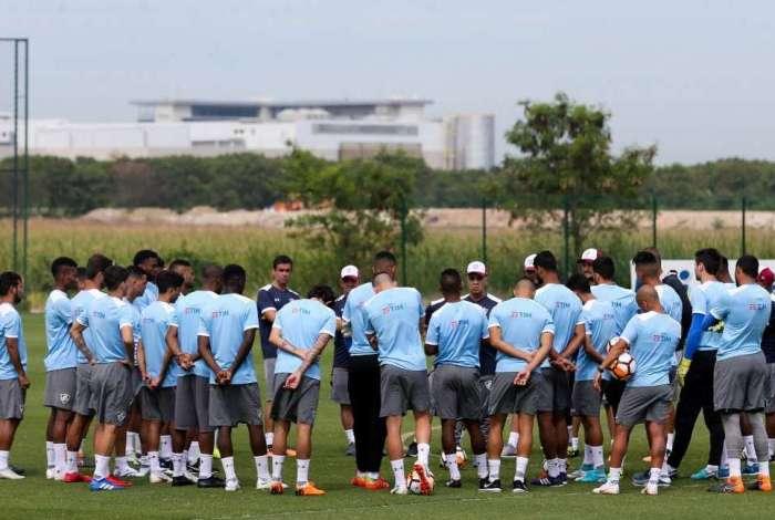 Técnico Marcelo Oliveira conversa com o elenco do Fluminense antes do jogo contra o Deportivo Cuenca