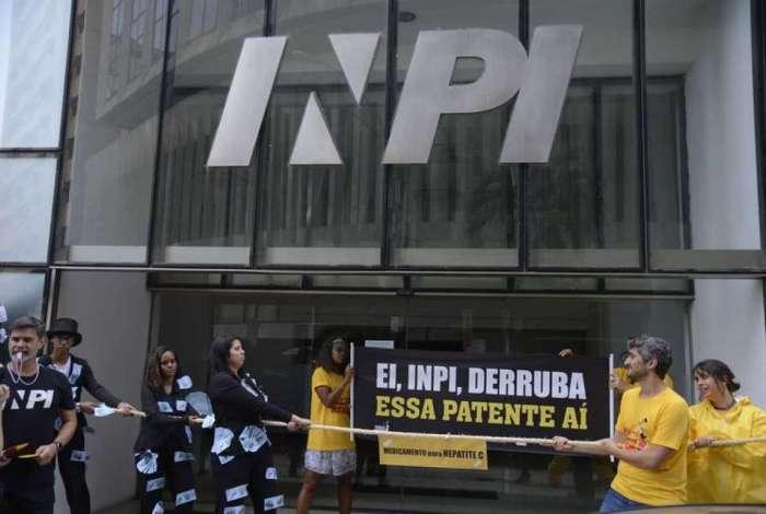 Entidades fazem ato pelo uso de medicamentos genéricos no tratamento da hepatite C, em frente à sede do Instituto Nacional da Propriedade Industrial (Inpi), no centro do Rio