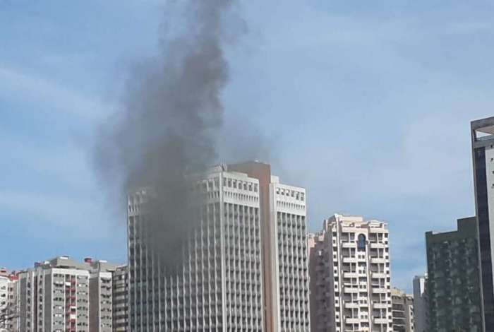 Incêndio atinge prédio comercial na Barra da Tijuca