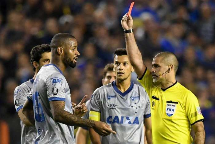 Árbitro paraguaio Eber Aquino mostra o cartão vermelho para Dedé