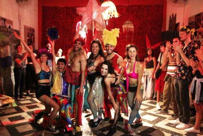 Cabaret Tá na Rua mistura música e performances teatrais