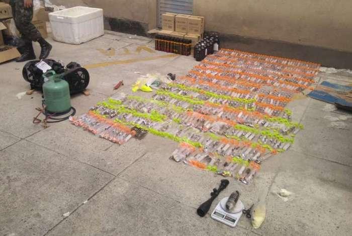 Material apreendido em laboratório de drogas no Complexo do Salgueiro