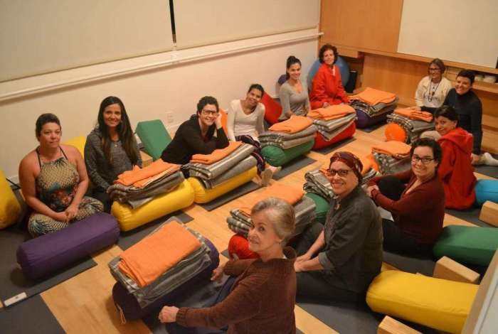 Alunas em aula de yoga com a professora Luciana (de preto, ao centro)
