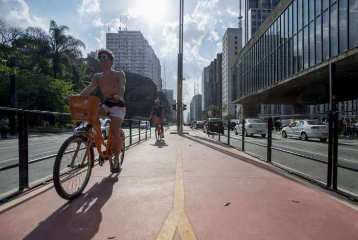 Com 2,7 quilômetros de extensão e ligação com 11 outras ciclovias, a ciclovia da Avenida Paulista permite que o ciclista percorra vias exclusivas da Zona Oeste até a Zona Sul da cidade