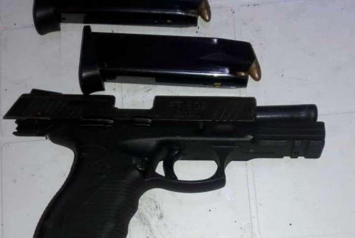 Uma pistola e dois carregadores com munições foram encontrados com ele