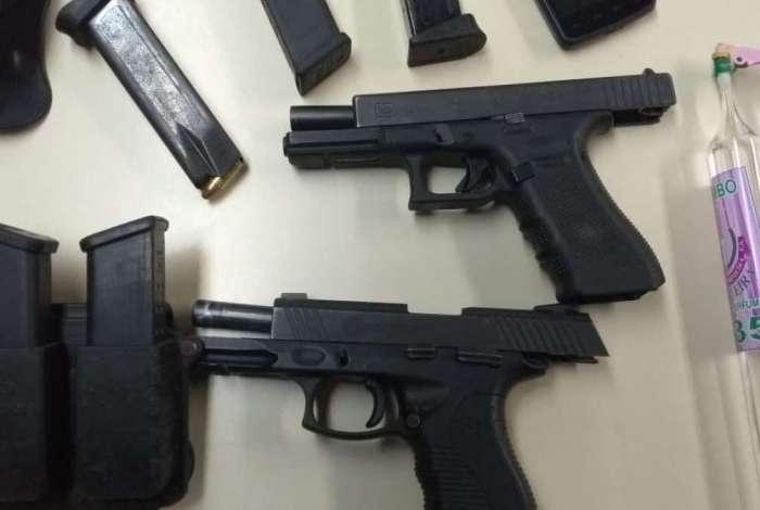 Dois criminosos foram presos com uma pistola cada, sete carregadores, munições e drogas