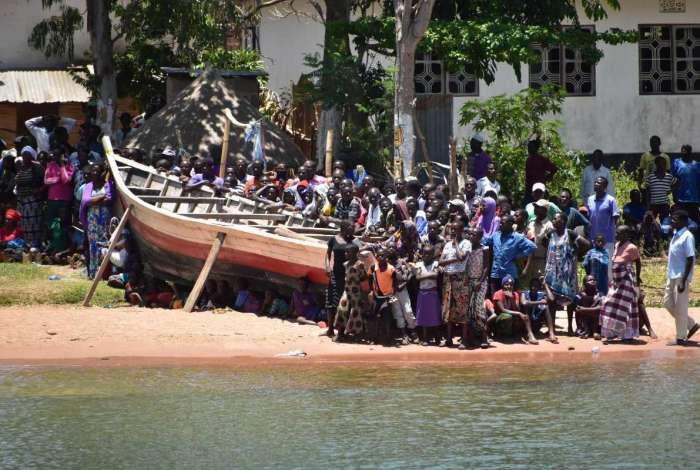Pessoas estiveram neste sábado às margens do Lago Vitória, enquanto as equipes de resgate buscavam outras vítimas do naufrágio na Tanzânia