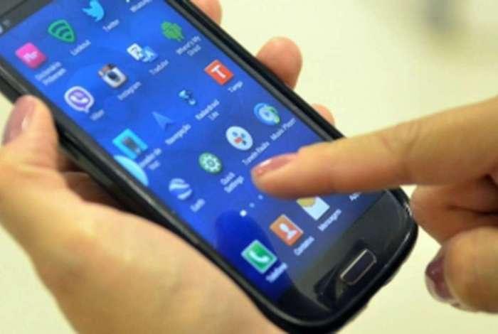 Clientes da operadora relataram nas redes sociais nesta segunda-feira, que acordaram uma hora mais cedo devido a uma mudança automática dos celulares para o horário de verão