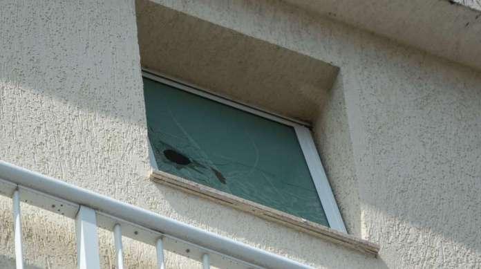 Janela da cobertura de Cristina, na Rua Dona Mariana, ficou danificada