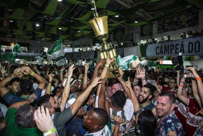 Festa na Verde e Branco foi até a manhã de domingo. Tempo será o tema do Carnaval do ano que vem