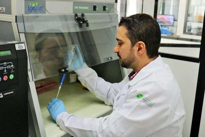 O doutor Adriano de Assis, da Universidade de Pelotas, realiza pesquisas sobre a Doença de Alzheimer