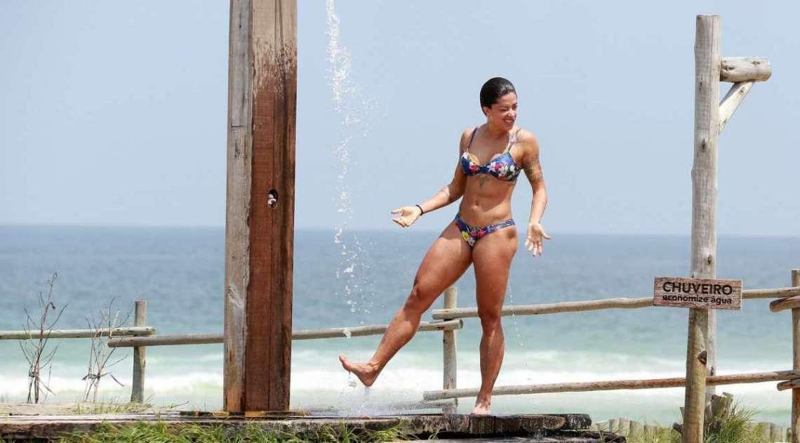 Aline Riscado exibe corpão escultural na Praia da Barra da Tijuca, nesta terça-feira