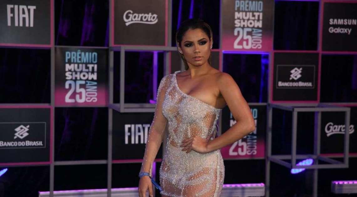 Anitta rouba a cena com modelito nude no Prêmio Multishow