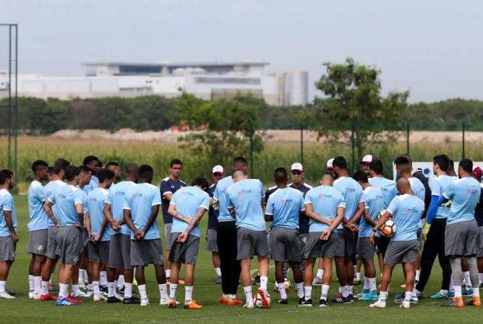 Marcelo Oliveira e integrantes da comissão técnica conversam com o grupo. Depois de três partidas fora, time terá longa sequência no Rio, a começar pelo Grêmio, sábado, no Engenhão