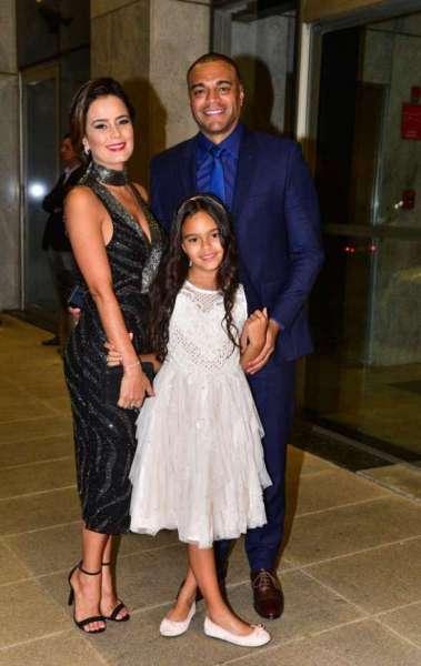 Luciele Camargo e o marido, Denílson, com a filha do casal